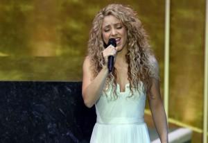 Shakira-canta-al-papa