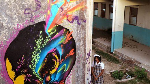 Graffiti-kunstenaar Stinkfish maakt nieuwe kunstwerken in Santa Marta