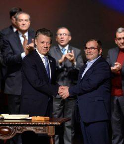 President Santos en FARC-leider Timochenko ontvangen Gernika vredesprijs