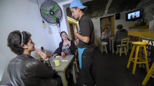 Eerste café voor doven in Colombia