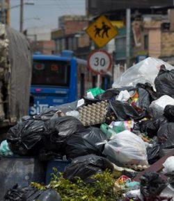 Bergen afval in de straten van Bogotá