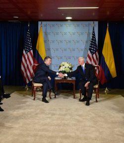 Vicepresident Verenigde Staten en president Santos in gesprek