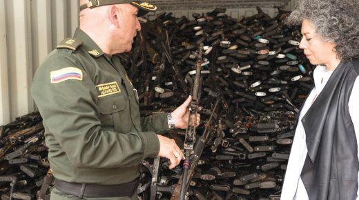Kunstenares Doris Salcedo smelt wapens om tot herdenkingsmonument voor Colombiaanse slachtoffers